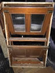 Janela de madeira c/ batente, vidros e ferrolhos. 65cmx105cm