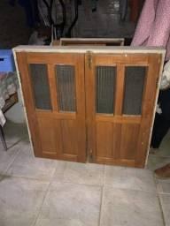 Janela de madeira c/ batente, vidros e ferrolhos. 103cmx105cm