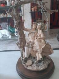 Lindo casal no balanço italiano
