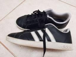 Tênis Adidas em couro preto