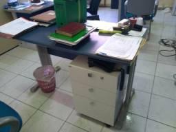 Escrivaninha com pés metálicos, 1,20 x 0,68m, acompanha um gaveteiro em MDF