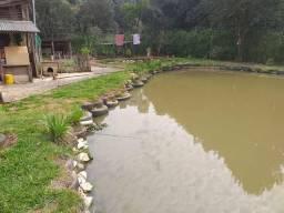 Chácara há 03 km do centro com tanque de peixes e casa