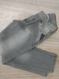 Calça Feminina Jeans com detalhes de strass nos bolsos. Super Linda. Promoção
