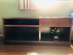 Rack de sala em madeira polida