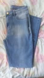 Calça jeans com cinta por dentro