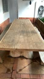 Mesa bruta rústica de madeira