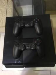 PlayStation 4 com dois controles - com jogos FIFA, Fórmula 1 e Just Dance