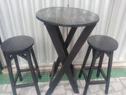Mesa com dois bancos altos