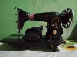 Máquina de costura Singer funcionando normalmente