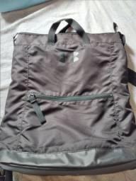 Vendo excelente mochila original  UNDER ARMOUR impermeavel semi nova