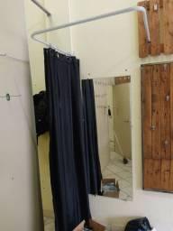 Provador com espelho cortina e arara para roupas
