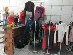 Vendo móveis para brechó com arara e roupas