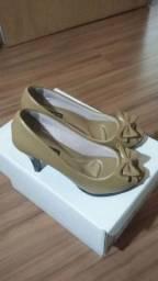Sapato peeptoe dourado Fabíola Cortez