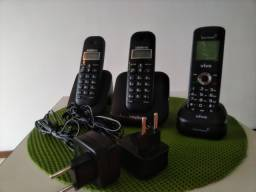 Dois telefones sem fio Intelbras com carregador e um telefone sem fio Vivo