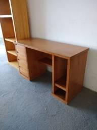 Bela escrivaninha de madeira em excelente estado!