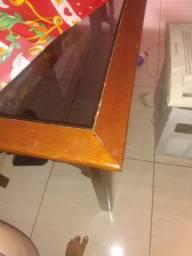 Mesa de vidro e madeira