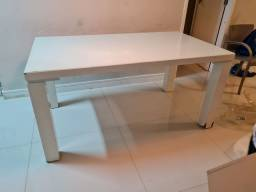 Mesa branca laqueada com vidro