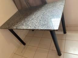 Mesa de mármore sem cadeiras