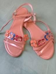 Roupas e sandálias infantis