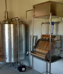 Engarrafadra/enchedeira/envazadora 4 bicos manual inox 304 com reservatorio 200 litros