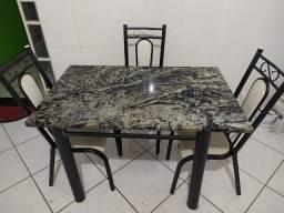 Mesa de cozinha com granito