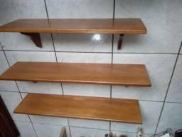 Prateleiras em madeira maciça