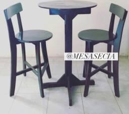 Mesas e cadeiras em madeira