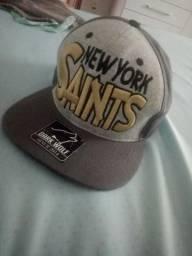 Boné de aba reta Dark Wolf Cinza New York Saints