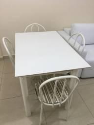 Mesa com 4 cadeiras muito conservada