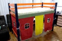 Durma e brinque no mesmo lugar com uma cama suspensa e uma cabana embaixo!
