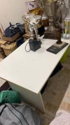 Mesa para escritório com gaveteiro e cadeira