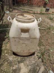 Vende se essa casinha de bomba e esse balde de 50 kg cada um  35 reais