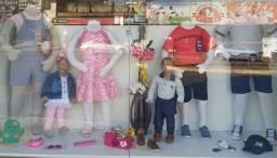 Manequins infantis e tablado em mdf