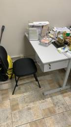 Mesa para escritório com 2 gavetas e cadeira