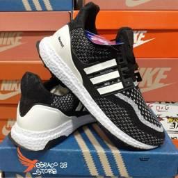 Tênis Adidas ultraboost preto.