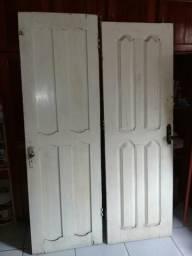 Duas portas em madeira 100,00