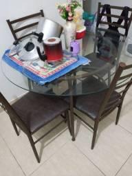 Mesa de jantar de vidro com 4 lugares