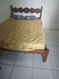 Cama de madeira macisa antiga