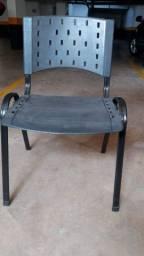 Cadeira preta de platico e metal