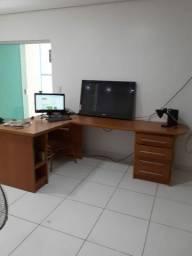 Mesa colonial e mesa para escritório