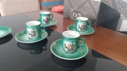 Conjunto com 4 xícaras e pires para cafezinho (decoradas)