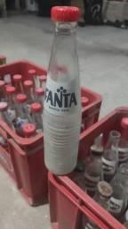 Engradados antigos da Coca-cola com diversos refrigerantes retrôs dos anos 70 em diante.