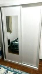 Armário duas portas de correr com espelho.