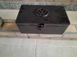 Título do anúncio: Caixa de ferramentas de ferro com cadeado e símbolo da Volkswagen