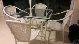 Mesa e cadeiras em fibra sintética