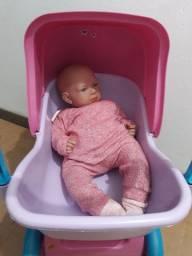 Carrinho de boneca com bebê