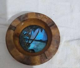 Cinzeiro antigo madeira com fundo azul