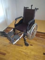 Cadeira de roda com freio.