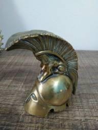 Escultura de elmo com esfinge em bronze