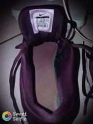 Sapato da cor preto com rosa e o outro roxo